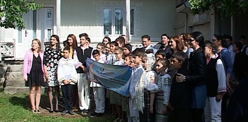 Negrileștenii s-au adunat la casa în care a copilărit Dumitru Pricop, pentru a-l pomeni în zi de mare sărpătoare