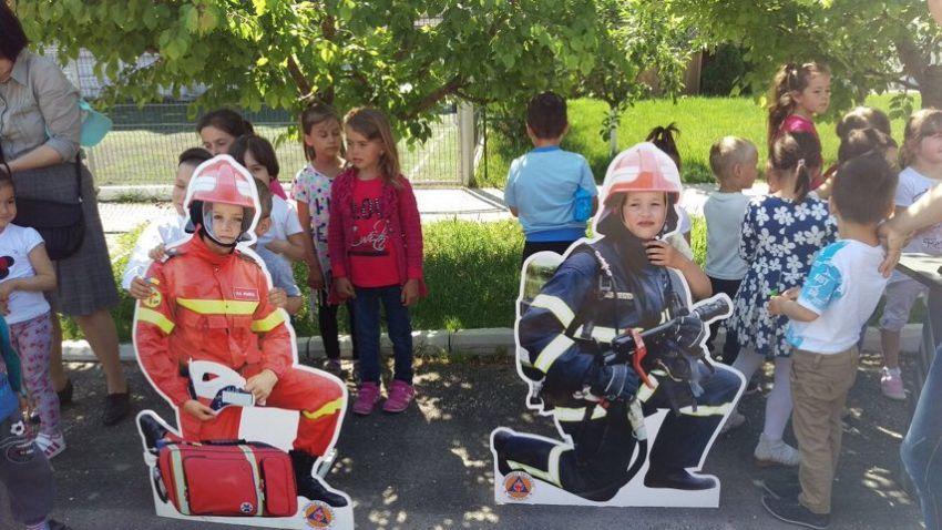Copiii  așteptați pentru a vizita tehnica de intervenție a pompierilor vrânceni