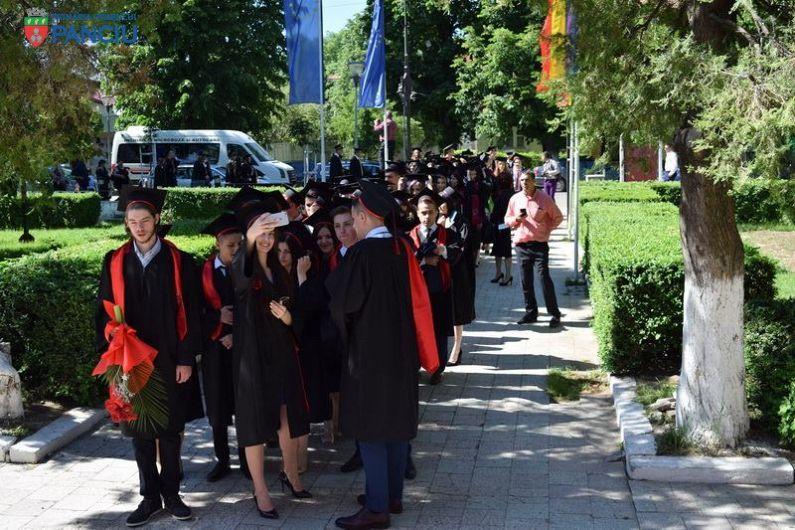 Absolvenții claselor a XII-a au primit diplome la cursul festiv.În galeria foto sunt postate mai jos 18 fotografii.Pentru a viziona toate fotografiile din galerie dați clik pe poza principală și apoi folosiți săgețile laterale