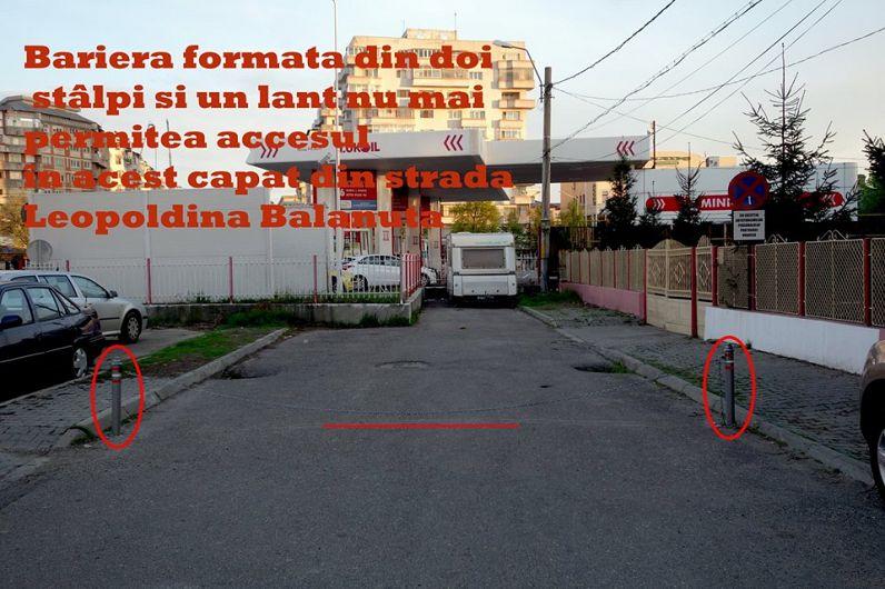 Bariera formată din doi stâlpi înfipți în asfalt, de care era montat un lanț, nu mai permitea accesul în acest capăt din strada Leopoldina Bălănuță