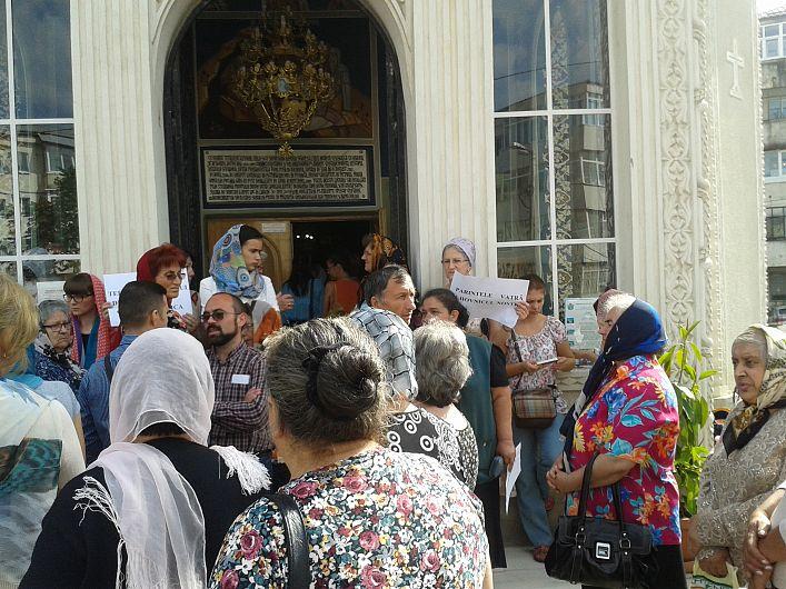 Image result for oameni în faţa bisericii