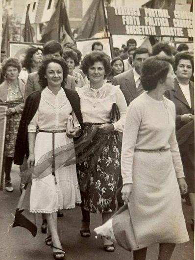 Grup de salariați de la Direcția Agricolă Vrancea, defilând pe strada Republicii din Focșani în ziua de 23 august 1984.