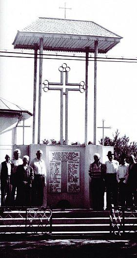 Monumentul comemorativ al revoltei din Răstoaca (imagine preluată din Constantin Ticu Dumitrescu, Album memorial. Monumente închinate jertfei, suferinţei şi luptei împotriva comunismului, ed. II, Ziua, 2004)