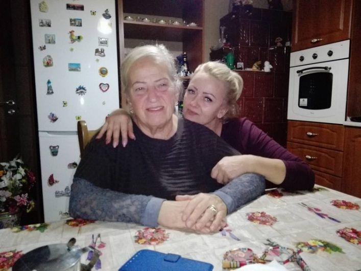Foto:Michela, acasă, în România, alături de Violeta-foto preluată de pe site-ul emigrantul.it