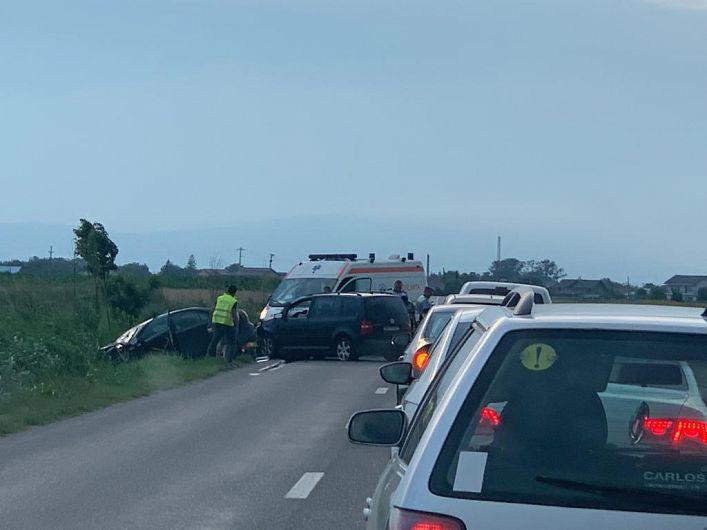 Accidentul s-a produs sâmbătă seară, 4 iulie 2020, pe DN 23 între Răstoaca și Mândrești.Sunt implicate două autoturisme, iar din primele informații sunt patru victime, din care doi copii.Foto:cititor ZdV.Mulțumim!