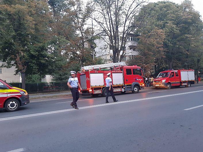 Un autoturism condus de un șofer beat( cu alcoolemie de 0,74 mg/l alcool pur in aerul expirat, indicată de aparatul etilotest), a intrat în coliziune cu un copac, duminică seară, 26 iulie 2020,în jurul orei 20:30, pe B-dul București din Focșani.Echipajul de pe mașina de descarcerare a extras o victimă conștientă, de sex masculin, în vârstă de 29 de ani( șoferul atutoturismului) , care prezenta multiple traumatisme.Paramedicii i-au acordat primul ajutor calificat, iar ulterior au preluat pacientul și l-au transportat la U.P.U. Focșani.Foto:ISU Vrancea