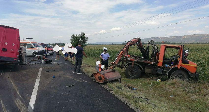 O autoutiliatară a intrat în coliziune cu o autospecială care efectua lucrări pe marginea părții carosabile, miercuri 22 iulie 2020 în jurul prânzului.Foto:IPJ Vrancea