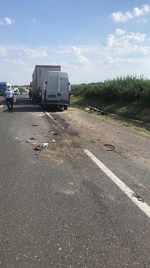 O autoutilitară a intrat în coliziune spate cu un autotren e DN2 Râmnicu Sărat – Focșani, la kilometrul 152+900 de metri, în zona localității Slobozia Bradului, județul Vrancea.Foto;arhiva ZdV-credit foto IPJ Vrancea