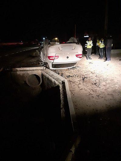 Un autoturism în care se aflau un bărbat, o femeie și un copil de patru luni a ieșit în afara părții carosabile și s-a răsturnat după ce a intrat în coliziune cu un cap de pod la intrarea în Pufești dinspre Adjud, vineri seară 03 Ianuarie 2019.Foto de la locul accidentului ISU Vrancea.