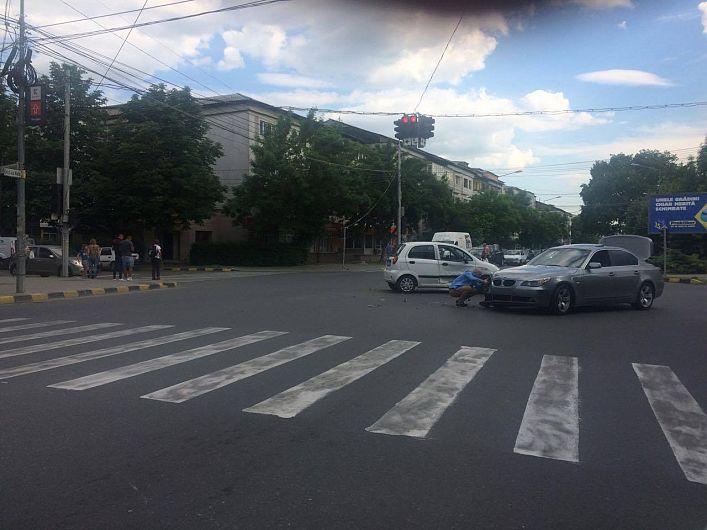 Şoferul BMW-ului a intrat pe roşu în intersecţie