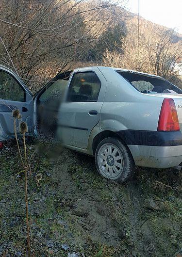 În prima zi a anului 2021, un autoturism a părăsit partea carosabilă la Jitia (DN 2N) și s-a răsturnat pe cupolă. Din păcate, șoferița, în vârstă de 54 de ani, a decedat. Foto: IPJ Vrancea