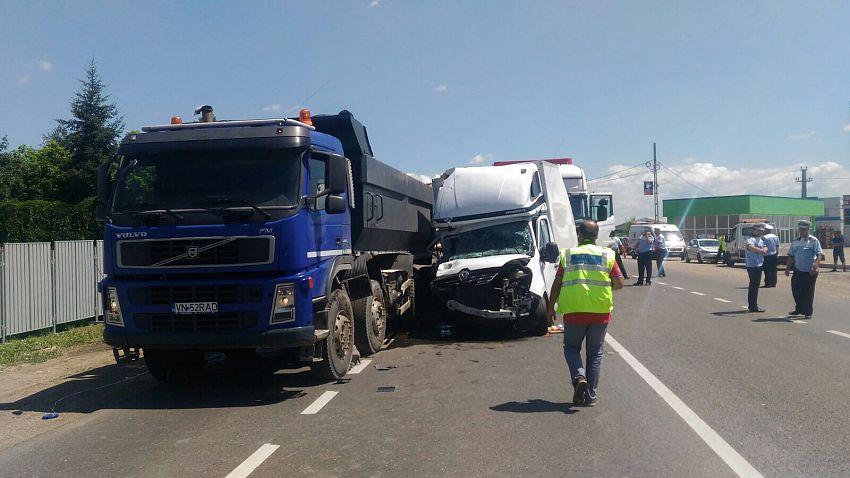 Foto: Cele trei vehicule s-au izbit pe șoseaua de Centură, în zona Praktiker