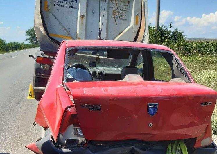 La ieșirea din Adjud spre Onesti, s-a produs marți 21 iulie 2020 în jurul prânzului,un accident de circulație în care sunt implicate 2 autoturisme și un autocamion care era staționat.Foto:IPJ Vrancea