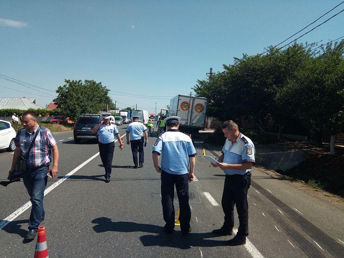 Foto: Circulaţia a fost iniţial blocată pe sensul către Bacău, după care a fost redeschisă pe un singur fir