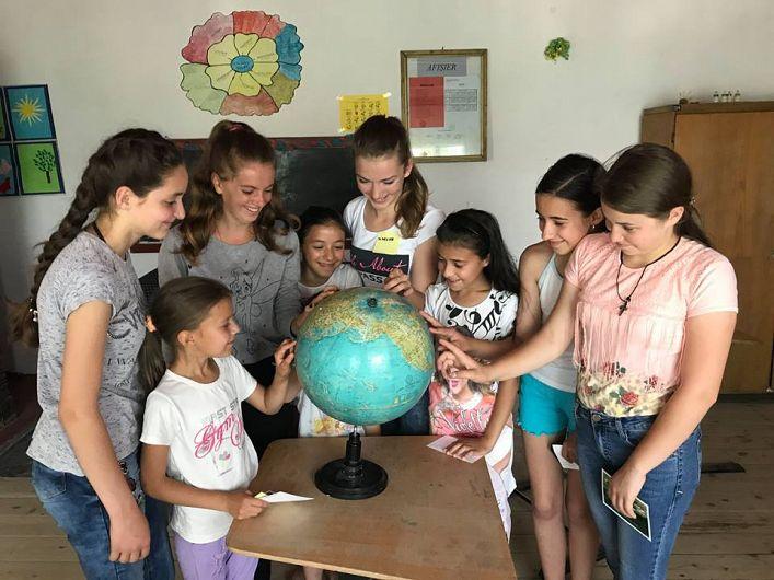 Din unica sală de clasă a școlii, copiii călătoresc cu ajutorul imaginației