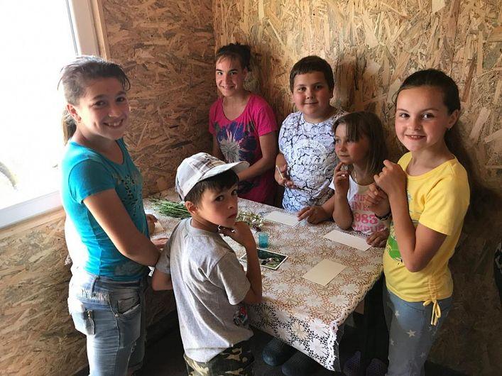 Copiii din Poiana Stoichii au scris mesaje de mulțumire pentru oamenii buni care le-au trimis daruri