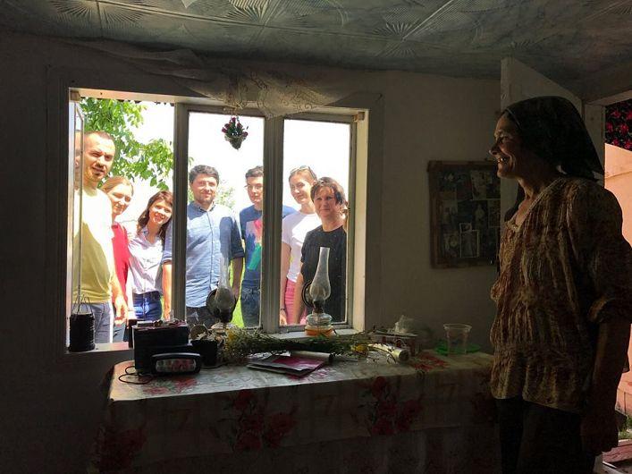 Bucuria simplă a unei femei care a primit o lanternă cu încărcare solară și un aparat de radio cu baterii. Din pricina lipsei de electricitate, în cătun au mai rămas două familii.