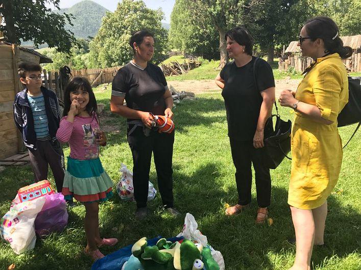 Această familie numeroasă a rămas fără casă în urma unui incendiu în care a sfârșit și bunicuța copiilor din imagine