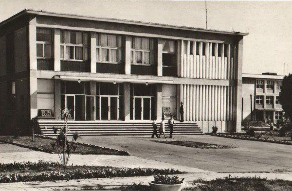 Carte poștală reprezentând Casa de cultură, construită în anul 1965. Editura Mediane. Foto - Constanța Nestor -Foto:Primăria Municipiului Adjud