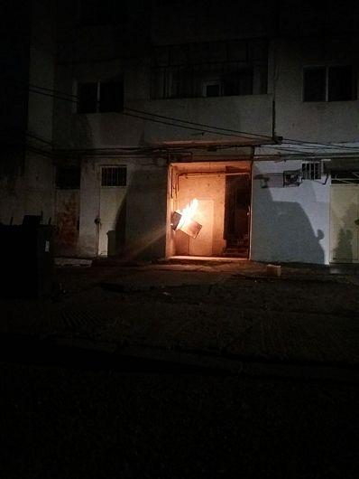 Folosirea intenţionată a unei surse de aprindere (brichetă) pentru generarea incendiului,este cauza probabilă  indicată de specialiștii ISU Vrancea în cazul  incendierii regulatorului de gaze amplasat la intrarea unei scări de bloc aflată pe B-dul Brăilei ,din Focșani