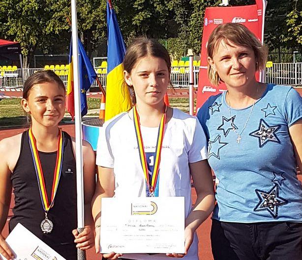 Profesoara Camelia Petrea împreună cu sportivele sale de la CSS Focșani proaspetele campioană națională Alessia Beatris Munteanu și vicecampioană națională Miruna Marina Lungu la aruncarea suliței copii 1