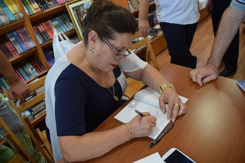 Anna Nuțu dând autografe la lansarea cărții de la Focșani din august 2017