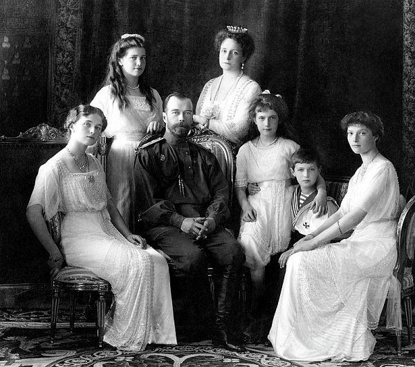 În sens orar începând de sus: Familia Romanov, Ivan Haritonov(d), Alexei Trupp(d), Anna Demidova(d), Evgheni Botkin(d)