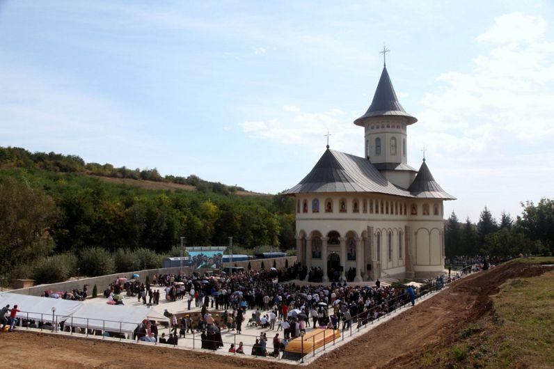 Biserica «Pogorârea Sf. Duh» şi «Sf. Sfinţit Mucenic Teodosie» de la M-rea Brazi, în ziua târnosirii.Foto:arhiepiscopiabzvn.ro