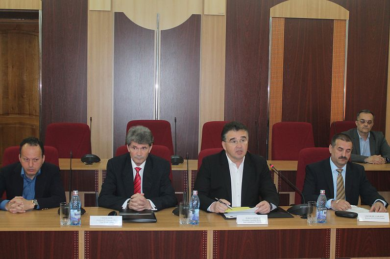 Foto Oprișan și reprezentanții firmelor au semnat contractele