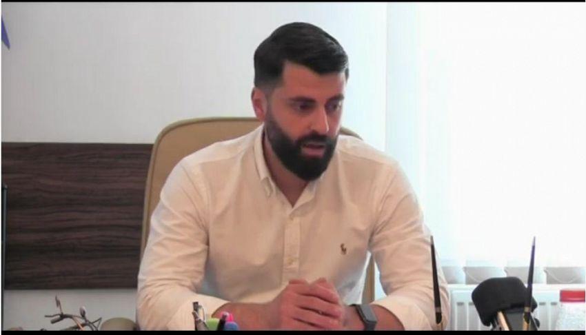 Directorul S CAdministrația Piețelor S A Focșani, Vladimir Dușinschi, și-a prezentat în conferința de presă de vineri proiectul pe care-l consideră foarte util. Este vorba de un soft de gestionare a ocupării meselor din Piața Moldovei Focșanipentru producători și comercianți, dar și de informare pentru clienți. Softul va putea fi adaptat și pentru târgurile săptămânale Obor și auto.