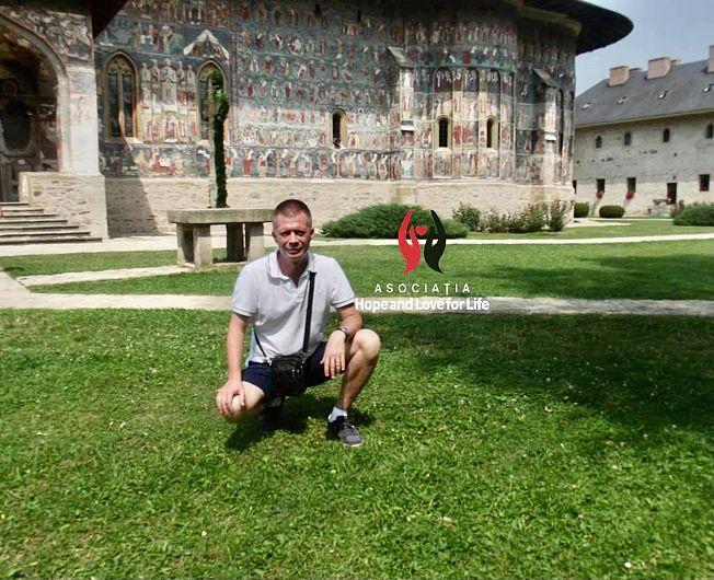 Pentru a avea o șansă reală la viață și la un tratament adecvat tipului de cancer cu care a fost diagnosticat, Aurelian trebuie să plece în afara țării. Asociația Hope and Love for LIFE îi promite lui Aurelian susținere în drumul său spre vindecare