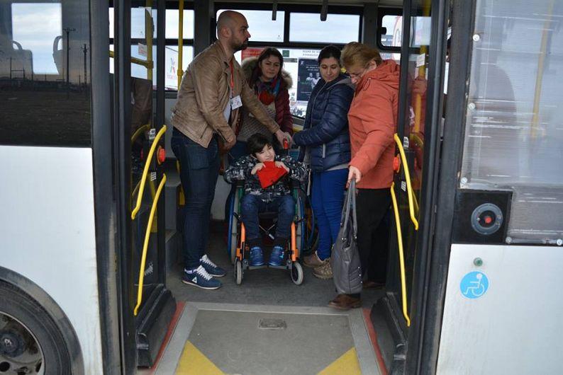 Foto: Frații Aexandru și Gabriel Creangă, la plimbare, împreună cu volutarii Life Challenge