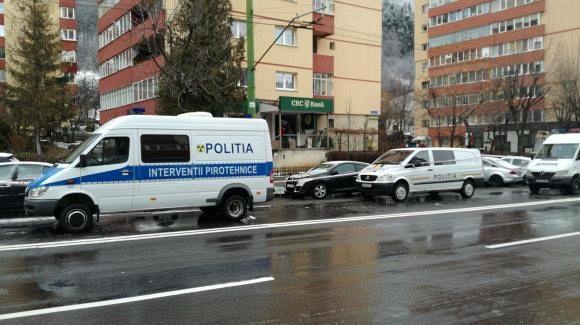 Tentativă de spargere la un bancomat din Răcădău, Brașov. Bancomatul, situat la parterul unui bloc, a fost aruncat în aer. Foto: Digi24