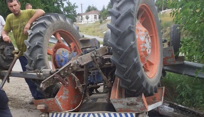 Astăzi, 30 iulie, în jurul orei 09:00, paramedicii din cadrul Staţiei de Pompieri Vidra au fost solicitaţi să intervină în localitatea Vizantea –Livezi, pentru acordarea primului ajutor calificat unei persoane care s-a răsturnat cu tractorul, pe care îl conducea într-o curte.Reamintim că în urmă cu aproape un an de zile viceprimarul comunei Vizantea –Livezi,EMIL GĂMANa murit strivit de tractorul pe care-l conducea pe un teren în pantă.Foto:arhiva ZdV.Credit foto:Cuget Liber
