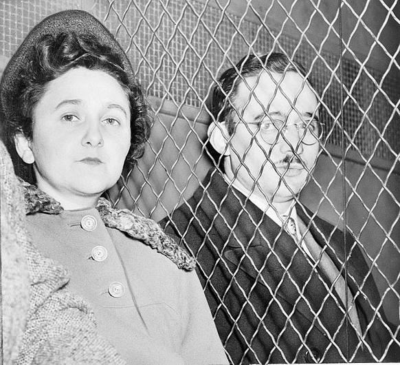 Soții Julius și Ethel Rosenberg au fost executați, în SUA, sub acuzația ca au livrat Uniunii Sovietice secretul bombei atomice