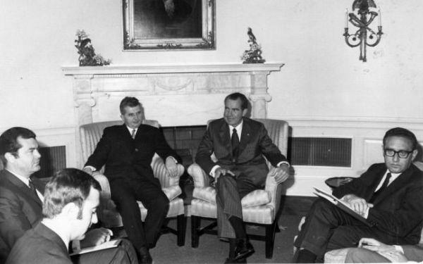 Astăzi se împlinesc 48 de ani de la vizita președintelui Richard Nixon la București, prima vizită efectuată de un președinte american în România