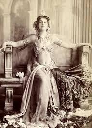 Mata Hari, dansatoare, curtezană şi spioană în serviciul Germaniei în timpul primului război mondial; a fost condamnată şi executată de către un pluton de execuţie francez, pentru spionaj. (d. 1917)
