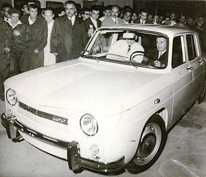 1968: Pe poarta uzinei de la Colibași (Pitești) a ieșit primul autoturism românesc, Dacia 1100.