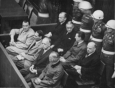 În imagine: Göring, Heß, von Ribbentrop, Keitel, Dönitz, Raeder, von Schirach și Sauckel.