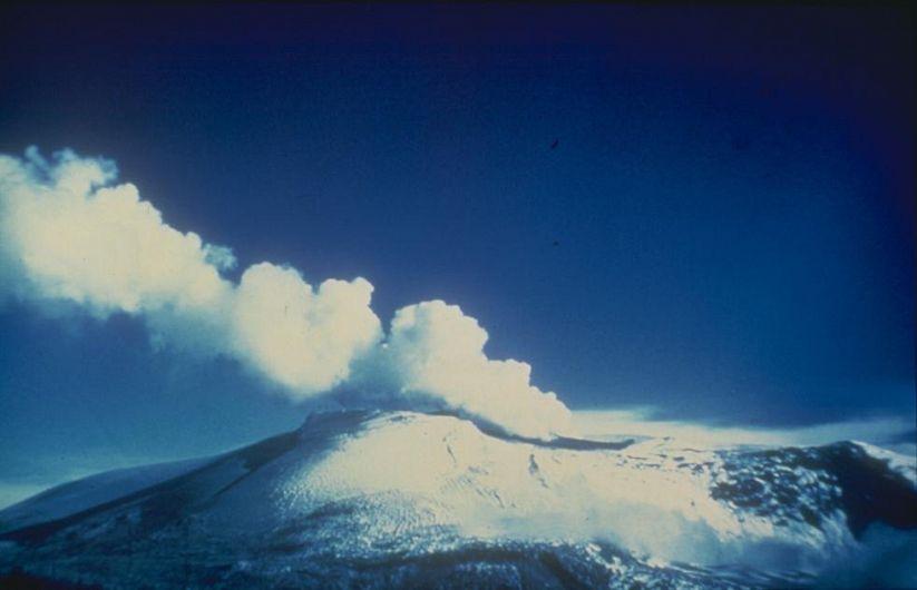 Vulcanul Nevado del Ruizcontinuă să prezinte o amenințare la adresa satelor și orașelor din apropierea lui, și se estimează ca până la aproximativ 500.000 de oameni sunt în risc datorită laharului.