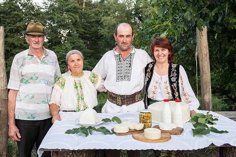 Oancea și Anica Taftă, Maricel Taftă și Marcela Pricop (foto preluată de pe https://ferma-capritele-lui-robert.webnode.ro)