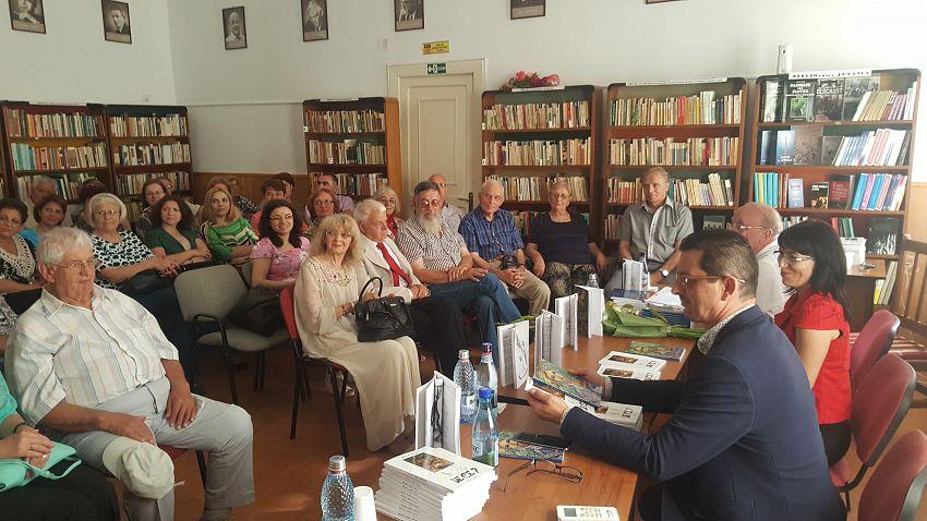 Foto3: Sala de lectură, autorii și o parte din public