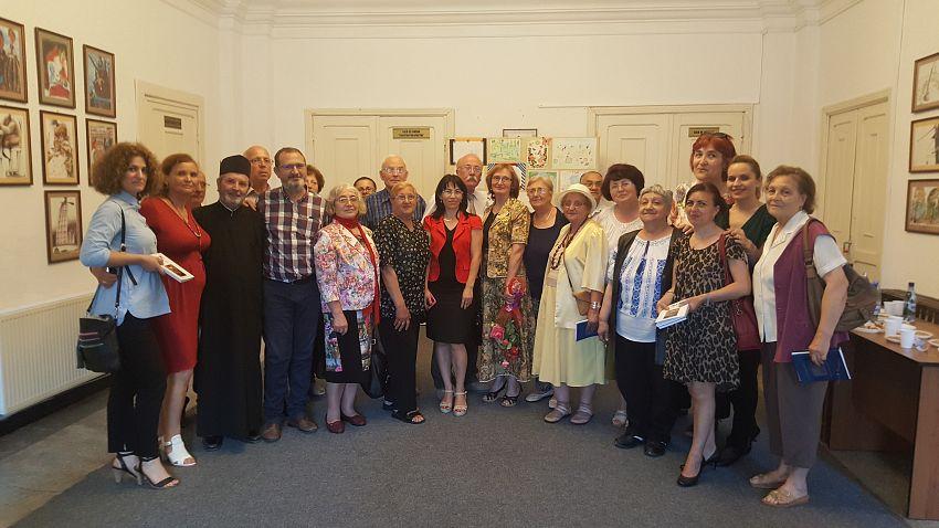 Foto2: Foyer, fotografie de grup cu autorii și cei dragi