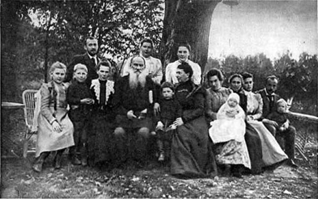 FOTO: Tolstoi, alături de soția și copiii săi. Sursa: Wikipedia