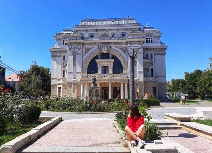 Diana Năstase a decis să promoveze Teatrul Municipal Pastia în cadrul proiectului Focșani Quiz.Diana Mihaela Năstase este elevă în clasa a XI-a la Colegiul Național Unirea Focșani și a scris acest articol în cadrul proiectului Focșani Quiz, inițiat de Rotactact Varana Focșani, o competiție care și-a propus să promoveze istoria orașului în rândul tinerilor.