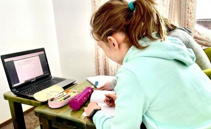 Sportiva vrânceancă Ana Maria Bărbosu, aflată stagiu de pregătire comun, al loturilor naționale de gimnastică la complexul de la Cheile Grădiștei, are programul plin în fiecare zi: pe lângăcele douăantrenamente, fizic și în sala de gimnastica, mai petrece 4-5 ore în fața laptopului, pentru cănu vrea sălipseascănici o zi de la școală, mai ales căeste în clasa a opta.Foto:ziare.com