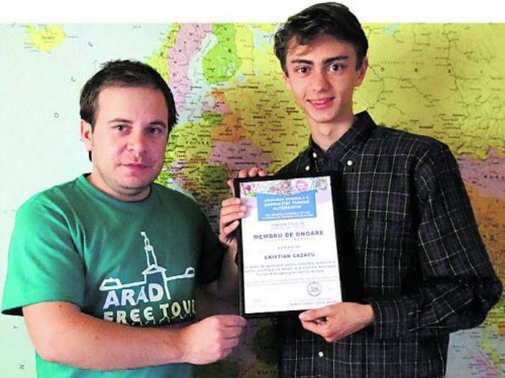 Focșăneanul  Cristian Cazacu primind premiul la Arad de la Mario Csipai-fotografie preluată de pe site-ul jurnalaradean.ro