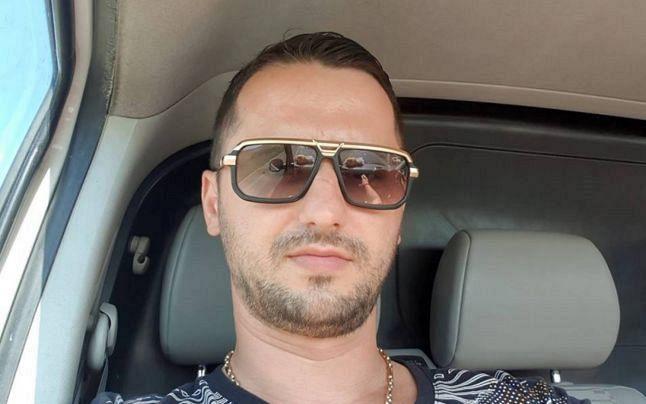"""Foto :Gheorghe Vasile Văscăuțanu, zis """"Gigi Englezu"""",din Adjud, a fost eliberat de mai bine de jumătate de an din închisoare, unde ispășea o condamnare de doi ani și opt luni pentru trafic și consum ilicit de droguri.a fost eliberat de mai bine de jumătate de an din închisoare, unde ispășea o condamnare de doi ani și opt luni pentru trafic și consum ilicit de droguri. Văscăuțanu a fost eliberat condiționat cu 14 luni mai devreme de termenul stabilit de instanță, în baza Legii recursului compensatoriu, lege promovată de ministrul Justiţiei Tudorel Toader"""