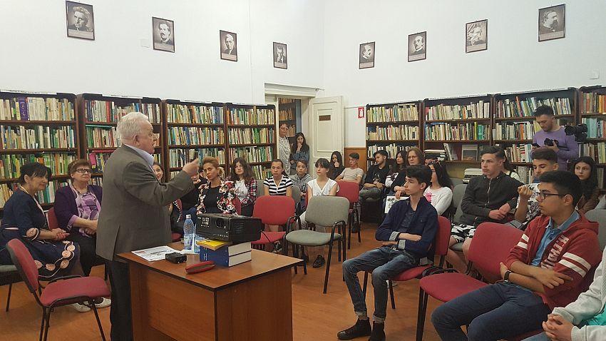 Foto: Vorbind elevilor la Casa de Cultură din Odobești.În galeria foto sunt postate mai jos 3 fotografii.Pentru a viziona toate fotografiile din galerie dați clik pe poza principală și apoi folosiți săgețile laterale