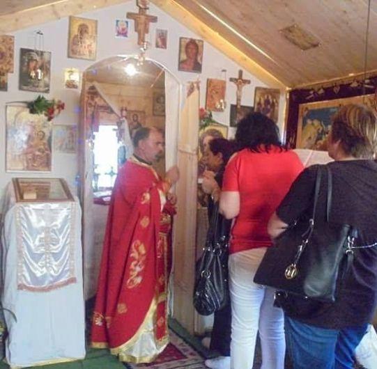 Foto: Preotul Ioan Pricop Elisei slujește într-un cort, la Roma, dar alături de el sunt o mulțime de oameni buni